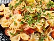 Рецепта Салата от паста панделки (фарфале), кренвирши и тиквички и лук